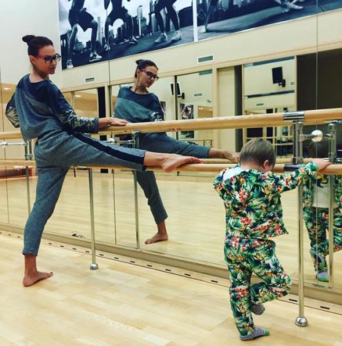Эвелина Бледанс учит сына хореографии