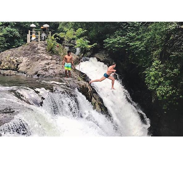«Холостяк», рискуя жизнью, прыгнул с водопада