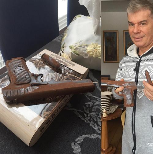 Олегу Газманову подарили пистолет