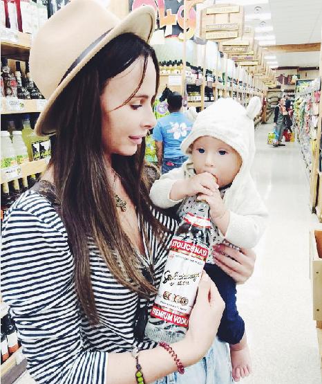 Саша Зверева с детства приучает сына к алкоголю