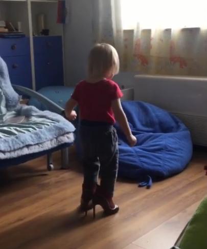 Сын Рудковской примеряет обувь на каблуках