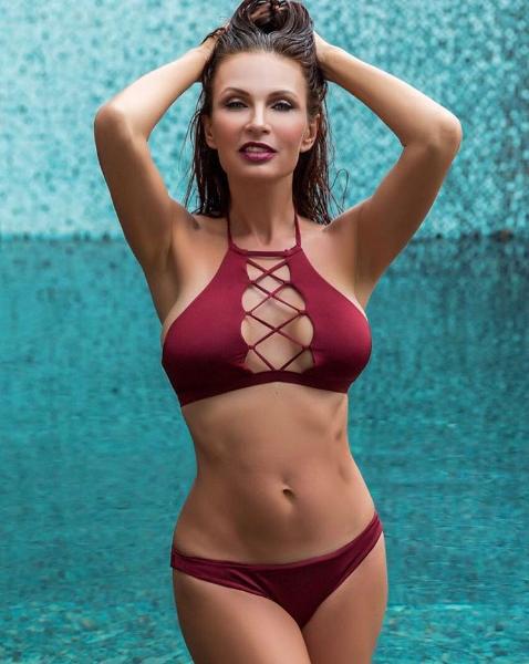 Эвелина Бледанс поразила фигурой в купальнике
