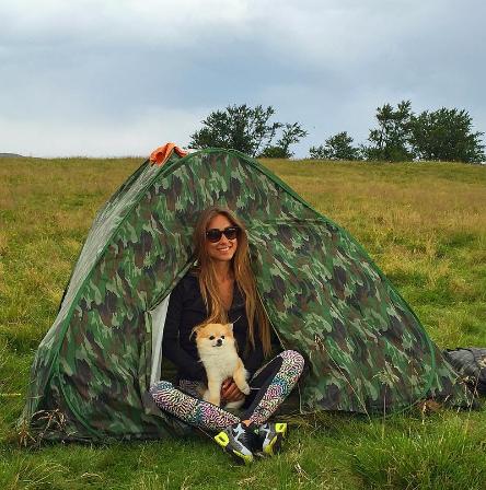 Победительница «Холостяка» променяла гламурную жизнь на палатку
