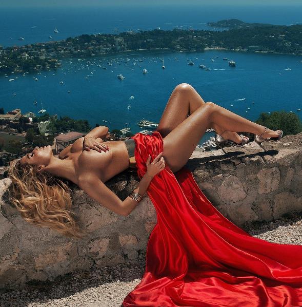 Экс-солистка «ВИА Гры» показала обнаженную грудь