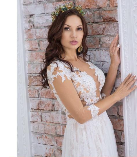 Эвелина Бледанс снова примерила свадебное платье