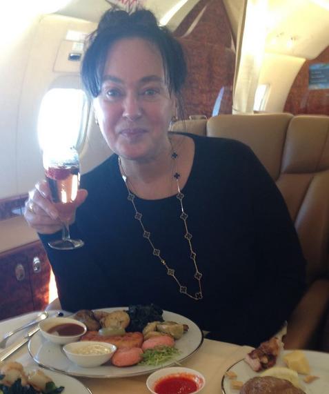 Лариса Гузеева пьет шампанское прямо с утра