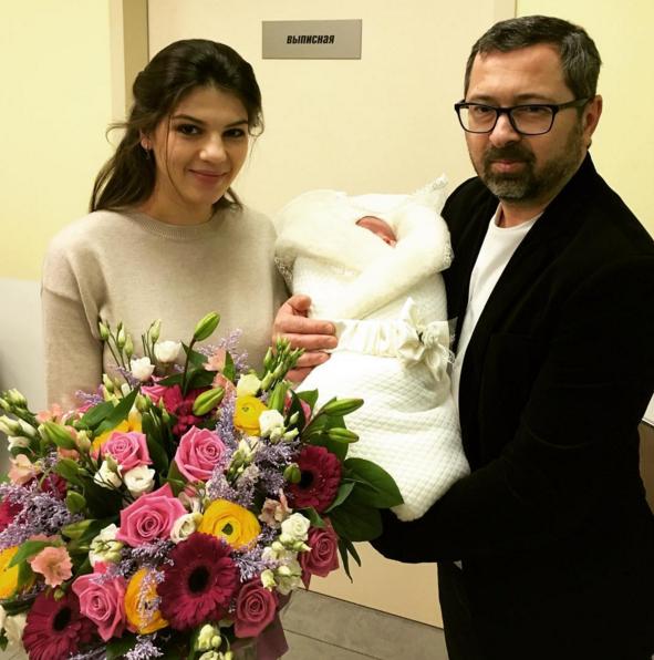 Солист «Дискотеки аварии» забрал жену из роддома
