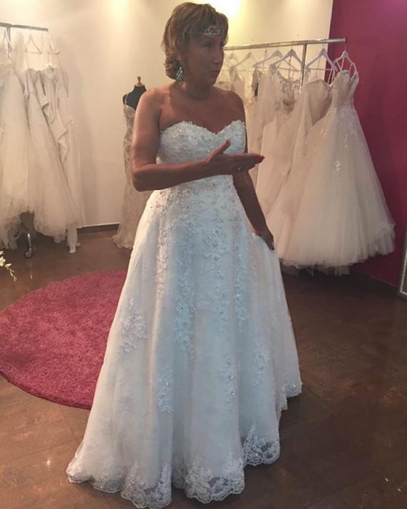 Лариса Копенкина снова примеряет свадебное платье