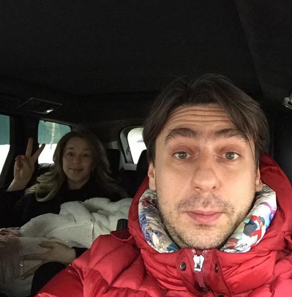 Роман Емельянов забрал жену из роддома