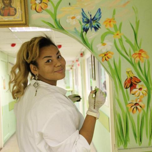Корнелия Манго приняла участие в росписи детской больницы