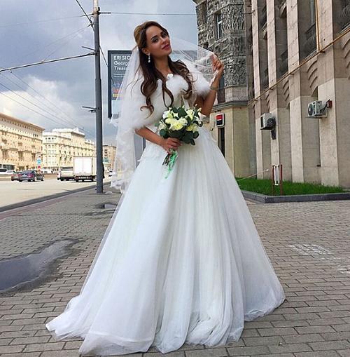 Анна Калашникова пришла в ЗАГС в свадебном платье