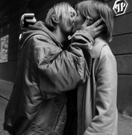 Алана Бадоева застали целующимся с девушкой