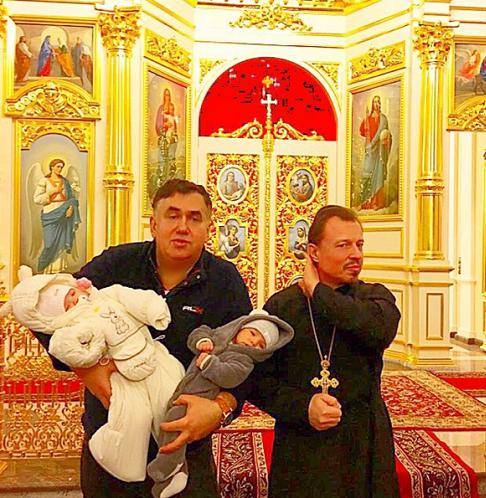 Стас Садальский стал крестным близняшек